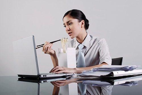 Ăn trưa văn phòng như thế nào là đúng cách để không bị đầy hơi vào buổi chiều?