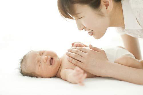 Đầy hơi chướng bụng ở trẻ sơ sinh thường khiến cha mẹ lo lắng.