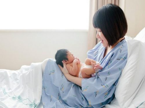 Chị em ngồi nhiều sau khi sinh khiến cho quá trình tiêu hóa thức ăn trở nên kém hơn, gây đầy bụng