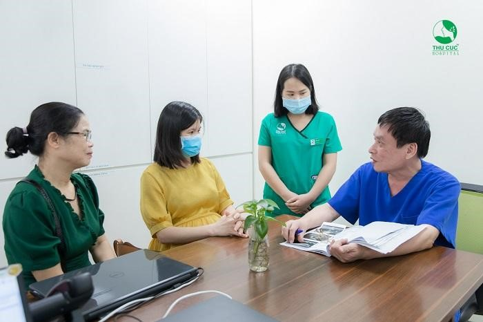 Để đề phòng nguy cơ mắc thủy đậu khi mang thai, mẹ bầu nên tới bệnh viện khám thai định kỳ để được bác sĩ tư vấn có nên tiêm vắc xin phòng ngừa hay không