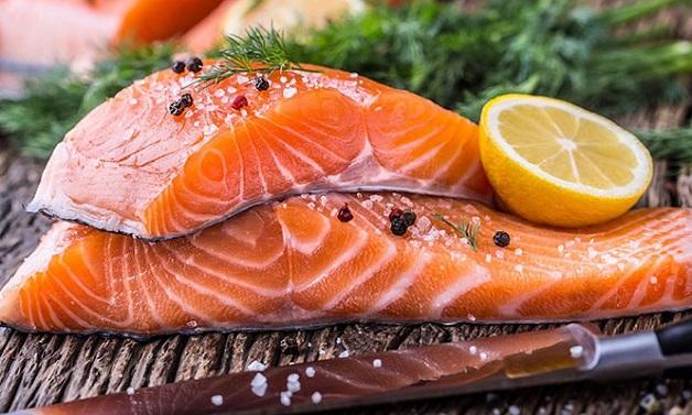 Các loại cá như cá hồi, cá mòi và cá ngừ giúp cải thiện tình trạng tích lũy mỡ trong gan