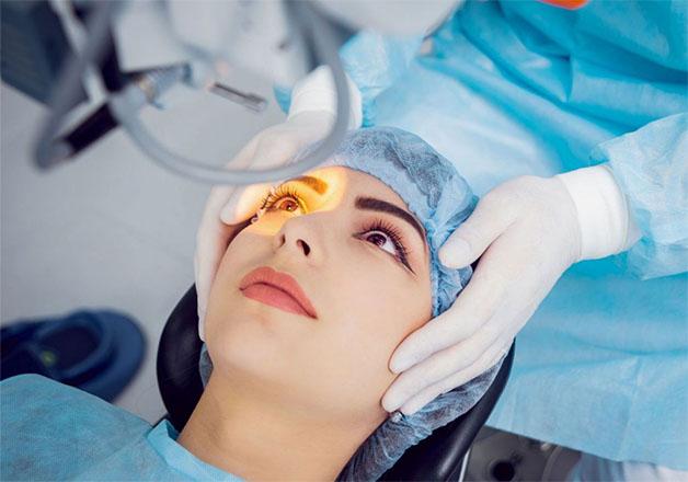 Phẫu thuật là phương pháp điều trị đục thủy tinh thể phổ biến hiện nay giúp người bệnh cải thiện thị lực cho đôi mắt.