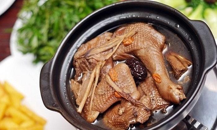 Gà tần thuốc bắc là món ăn rất bổ dưỡng