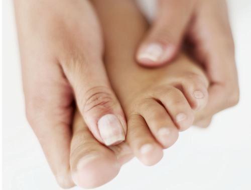 Gãy ngón chân út thường khó nhận biết nếu không được chú ý đúng mức.
