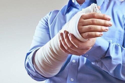Khi gặp phải tai nạn như ngã, va đập,... tay dễ bị gãy