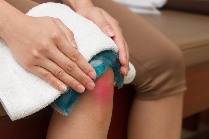 Để giảm đau, nên lấy khăn lạnh hoặc gói đá vào khăn và chườm trong 20 phút