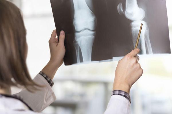 Tùy vào mức độ gãy xương bác sĩ sẽ chỉ định phương pháp điều trị phù hợp