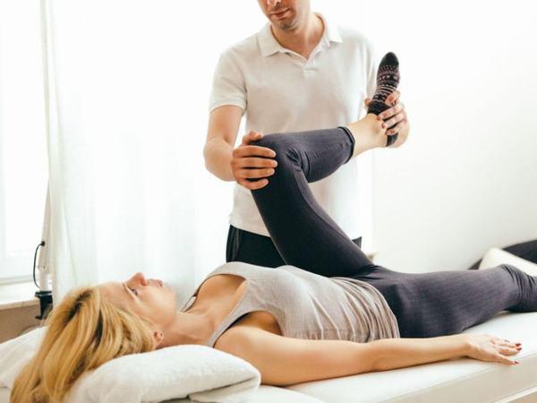 Người bệnh cần tiến hành vật lý trị liệu kết hợp để cải thiện sớm chức năng vận động
