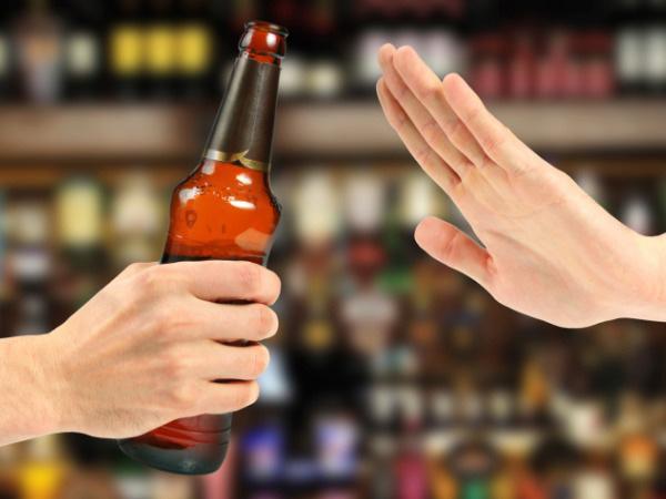 Cần tránh bia rượu vì không có lợi cho sức khỏe người bệnh