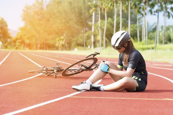 Vận động quá mức, té ngã, tai nạn... là những nguyên nhân gây gãy xương chày