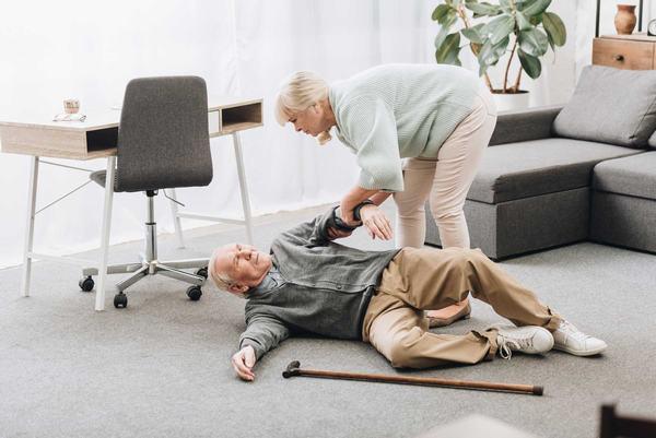 Té ngã, tai nạn... là những nguyên nhân gây gãy xương đùi