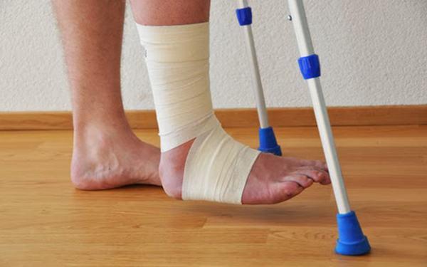 Người bệnh cần đi lại tập luyện nhẹ nhàng sau gãy, không nên nằm một chỗ quá lâu