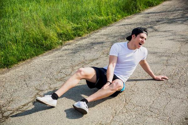 Gãy xương mác cẳng chân thường là do tai nạn hoặc té ngã