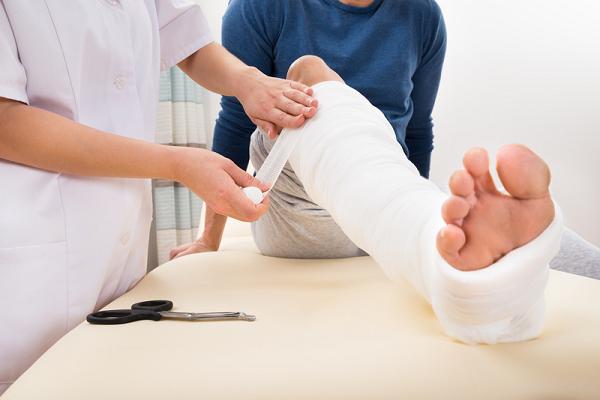 Khi bị gãy xương mác chân người bệnh cần phải bó bột