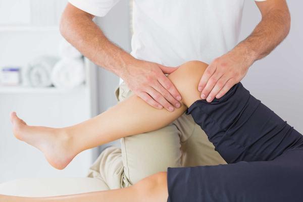 Người bệnh cũng cần tới các cơ sở y tế có chuyên khoa Cơ xương khớp để được thăm khám, điều trị hiệu quả bệnh