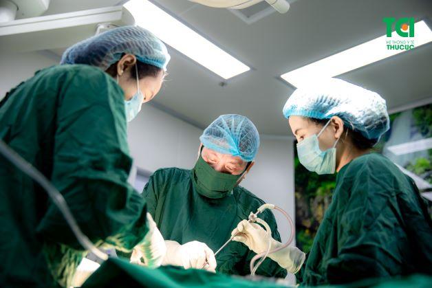 Với những trường hợp khối u to và có kích thước lớn, nguy cơ gây ra nhiều biến chứng nguy hiểm thì lúc này người bệnh cần phẫu thuật cắt u xơ tử cung