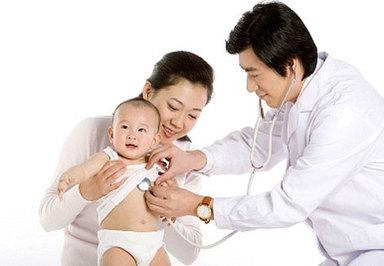 Các bác sỹ thăm khám để biết được chính xác bệnh tình của trẻ