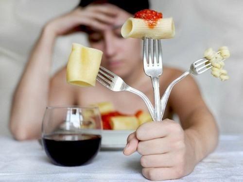 Hậu quả của rối loạn ăn uống có thể khiến người bệnh bị trầm cảm, tự ti...