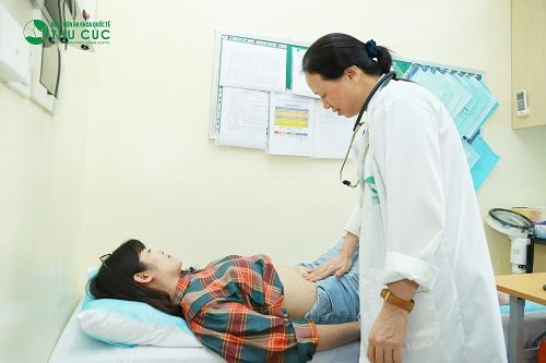 Khi có triệu chứng đau ở thượng vị, người bệnh nên đi khám. Bác sĩ sẽ thăm khám bằng tay, sờ, ấn vào vùng xuất hiện cơn đau để xác định mức độ đau, vị trí và tình trạng sức khỏe.