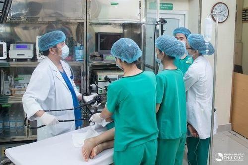 Sau khi được làm sạch ruột, người bệnh được đưa vào phòng nội soi nhằm chuẩn bị cho quá trình nội soi.