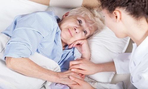 Người nhà cần động viên, chăm sóc người bệnh yên tâm chữa trị