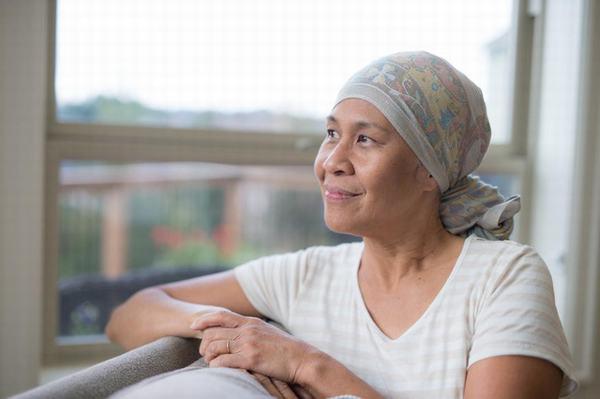 Hóa trị ung thư gan có thể để lại những tác dụng phụ như rụng tóc, thiếu máu...