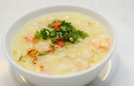 Cho bệnh nhân ăn thức ăn lỏng, mềm, dễ tiêu hóa như cháo, soup, nước trái cây...
