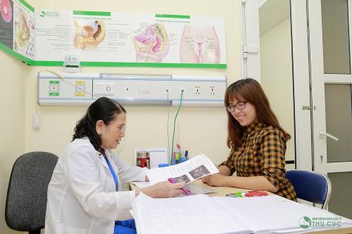 Sau khi thăm khám bác sĩ giúp mẹ bầu đọc kết quả và tư vấn những điều cần thiết