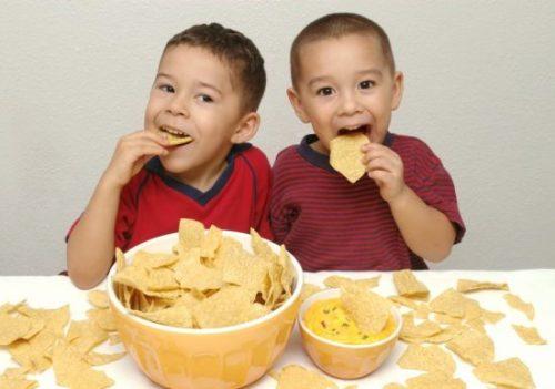 Ăn quá no cũng là một nguyên nhân gây ra tình trạng trẻ bị trào ngược dạ dày thực quản