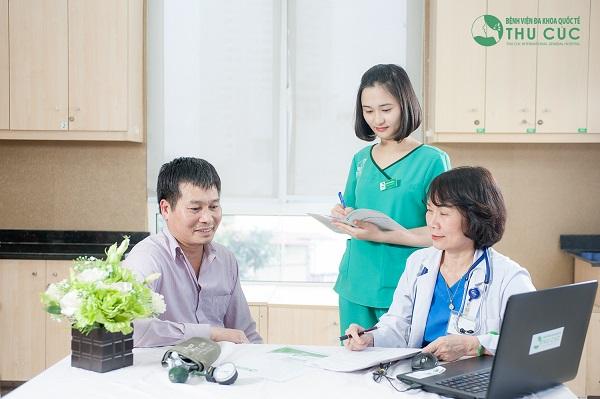 BS Nguyễn Thị Minh Hương - Trưởng khoa Ung Bướu, Bệnh viện Thu Cúc tư vấn khám cho người bệnh