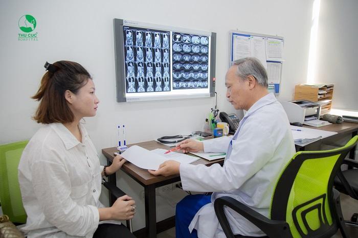 Khí hư có màu xanh vón cục là biểu hiện của bệnh viêm âm đạo, lúc này chị em phải tới ngay bệnh viện để được bác sĩ khám và tư vấn phương pháp điều trị