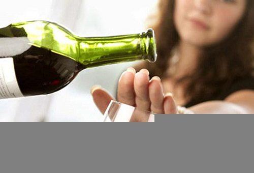 Thay đổi thói quen ăn uống và hạn chế bia rượu là cách giúp cải thiện tình trạng khó tiêu sau khi ăn