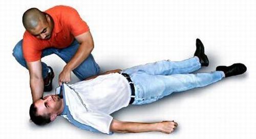 Cần cấp cứu tại chỗ người bệnh xuất huyết dạ dày đúng cách rồi đưa người bệnh tới bệnh viện gần nhất