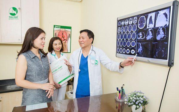 Bác sĩ bệnh viện Thu Cúc đang tư vấn kết quả khám tầm soát ung thư cho người bệnh