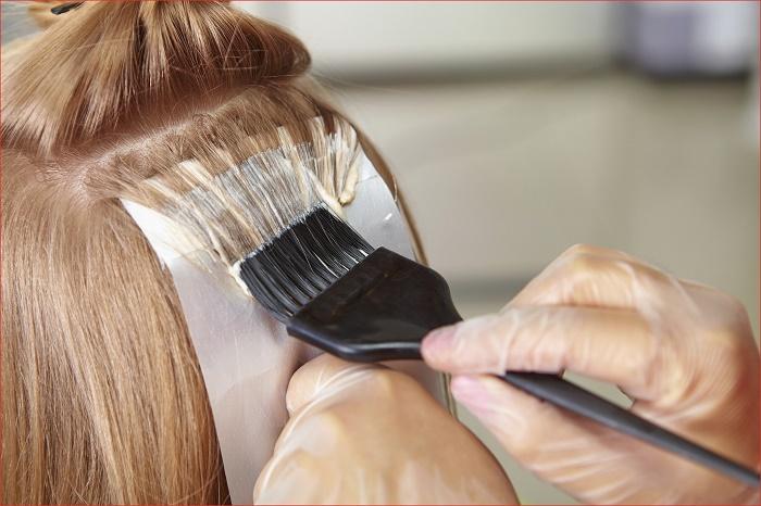 Bôi thuốc nhuộm tránh da đầu để không độc hại.