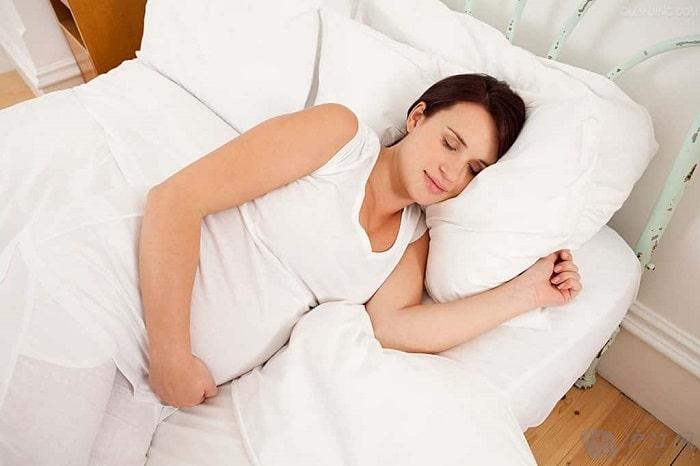 Mẹ bầu nên nằm nghiêng về phía bên hông không bị đau