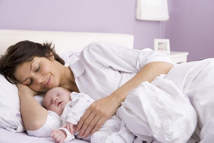 Mẹ nên ngủ đủ giấc sau sinh mổ