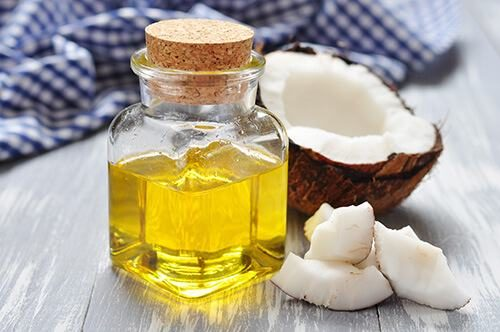Dầu dừa chứa nhiều vitamin và dưỡng chất giúp đẹp da, mượt tóc, trị rạn da sau sinh và bệnh trĩ