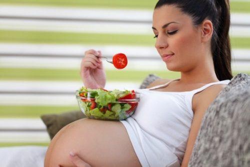 Chia nhỏ bữa ăn trong ngày và ăn uống đúng cách sẽ giúp kiểm soát tình trạng trào ngược dạ dày khi mang thai
