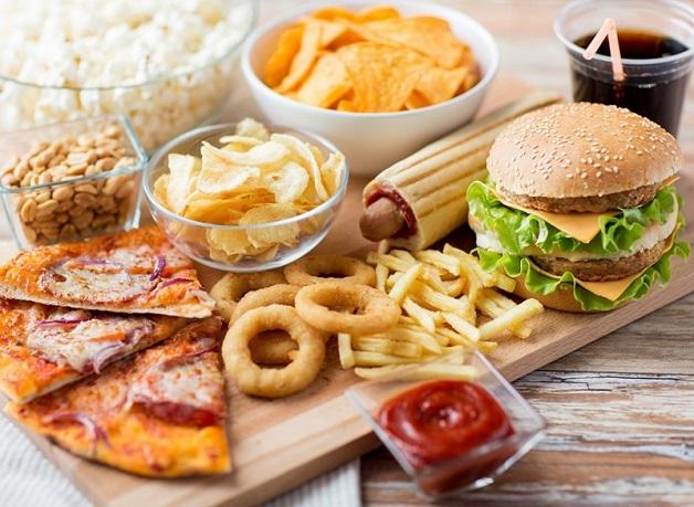 Những thực phảm chứa nhiều chất béo không tốt như khoai tây chiên, nem chua rán, xúc xích, hamburger… cần hạn chế sau khi mổ đục thủy tinh thể