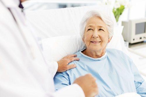 Trước khi xuất viện, bác sĩ sẽ có những dặn dò và hướng dẫn chăm sóc hậu phẫu chi tiết.