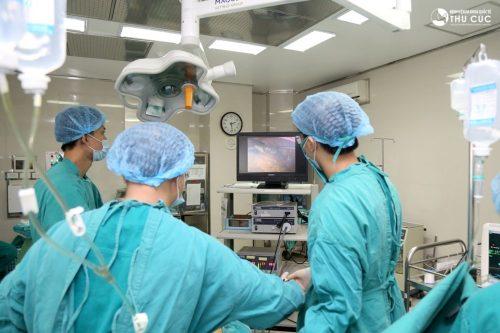 Với lợi thế về đội ngũ y bác sĩ giỏi, trang thiết bị y tế hiện đại, điều kiện cơ sở vật chất tốt, Bệnh viện Đa khoa Quốc tế Thu Cúc được rất nhiều người bệnh viêm phúc mạc ruột thừa lựa chọn phẫu thuật và điều trị.