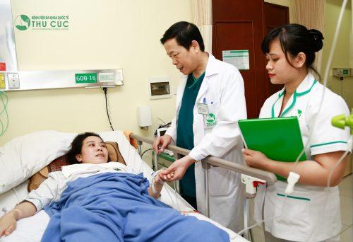 Sâu phẫu thuật trĩ, người bệnh được theo dõi và chăm sóc chu đáo tại bệnh viện.