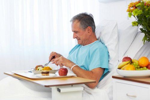 Người bệnh cần chú ý ăn uống và sinh hoạt khoa học sau mổ trĩ