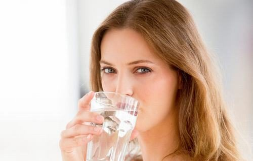 Người bệnh cần uống nhiều nước để cải thiện sớm tình trạng táo bón sau mổ trĩ