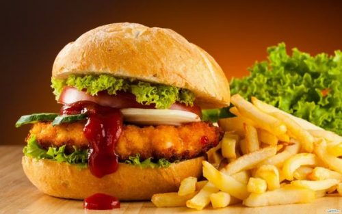 Bên cạnh những thực phẩm nên ăn, người bệnh sau mổ trực tràng cần hạn chế và tránh sử dụng những thực phẩm gây hại cho hệ tiêu hóa và quá trình hội phục của cơ thể.