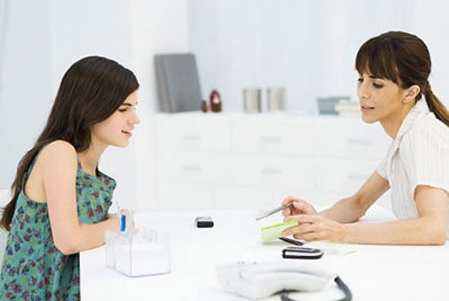 Khi bị ngứa hậu môn, không nên e ngại mà nên đi khám sớm để điều trị dứt điểm