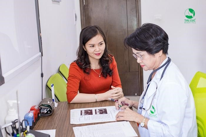 Nếu xuất hiện những biểu hiện bất thường sau khi phẫu thuật cắt tử cung, chị em nên quay lại bệnh viện tái khám để được bác sĩ điều trị kịp thời