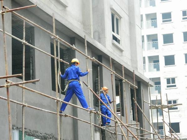 Thợ xây dựng dễ bị đau lưng, viêm khớp quấy rầy
