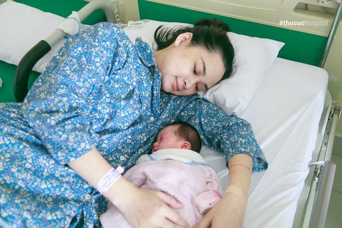 Mẹ nên nghỉ ngơi sau khi sinh